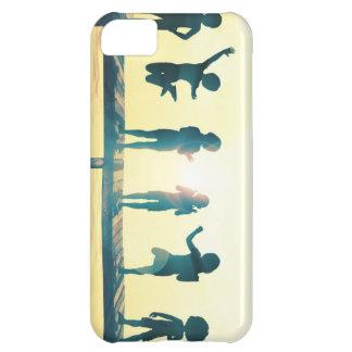 Niños felices que juegan en el ejemplo del parque carcasa iPhone 5C