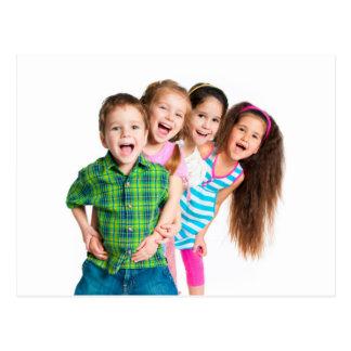 Niños felices que separan alegría postal
