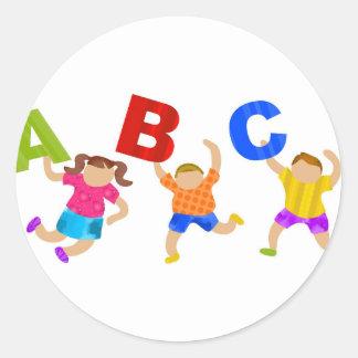 Niños que leen el aprendizaje de enseñanza de la pegatina redonda
