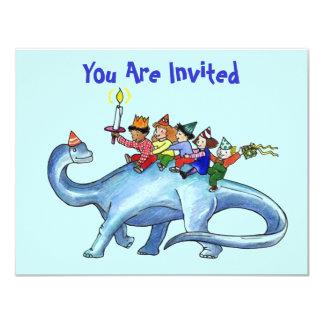 Niños que montan la INVITACIÓN de la FIESTA de