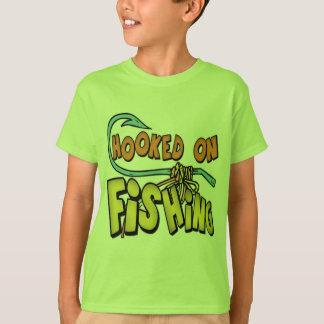 Niños que pescan las camisetas y niños que pescan