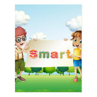 Niños sonrientes que sostienen un letrero postal