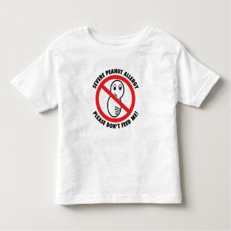 No alimente por favor la camiseta del niño de la