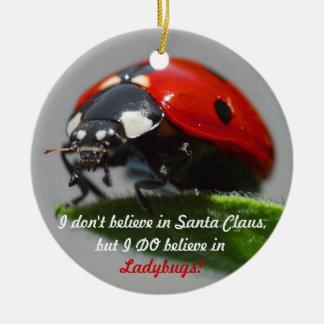 No creo en Papá Noel - ornamento de la mariquita Adorno Redondo De Cerámica