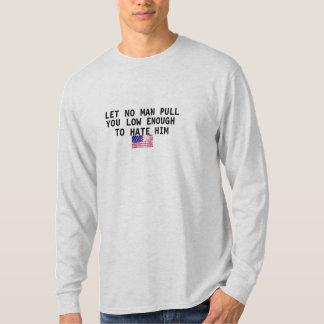 no deje ningún ypu del tirón del hombre bajo camiseta