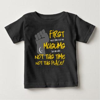 No esta camiseta oscura del jersey del bebé del
