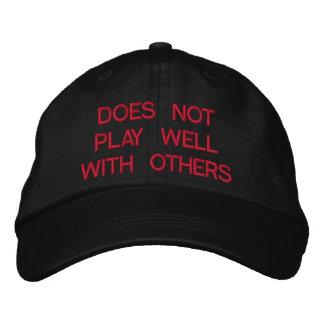 No juega bien con otros el gorra bordado