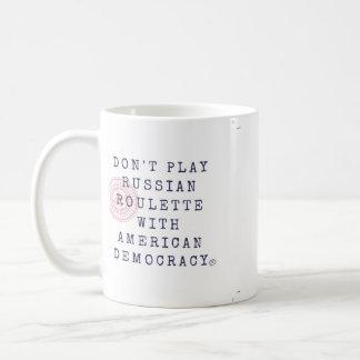 No juegue la taza de café de la ruleta rusa