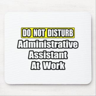 No moleste… al ayudante administrativo en el traba tapetes de raton