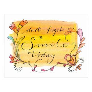 No olvide sonreír hoy - mano puesta letras postal
