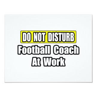 No perturbe… al entrenador de fútbol en el trabajo invitación 10,8 x 13,9 cm
