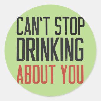 No puede parar el beber sobre usted pegatina redonda