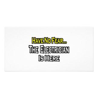 No tenga ningún miedo el electricista está aquí tarjetas fotográficas