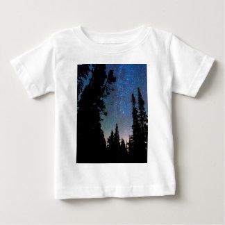 Noche del bosque de la montaña rocosa camiseta de bebé
