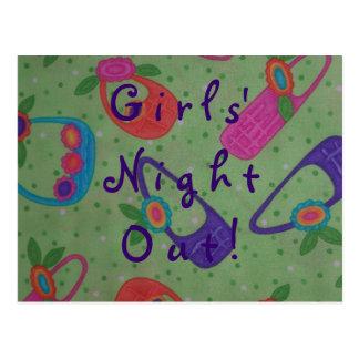 Noche del chica hacia fuera o en recordatorio de l tarjeta postal