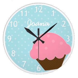 Nombre personalizado lunar azul rosado de la reloj redondo grande