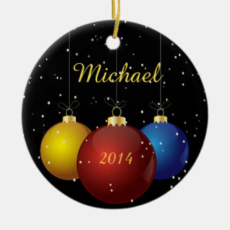 Nombre y ornamento personalizado fecha del navidad adorno navideño redondo de cerámica