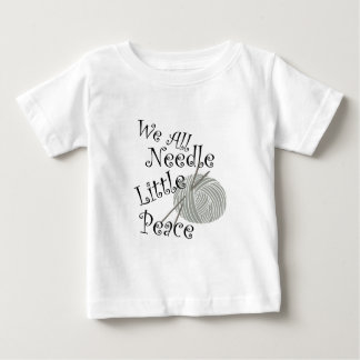 Nosotros toda la aguja poco arte que hace punto de camiseta de bebé