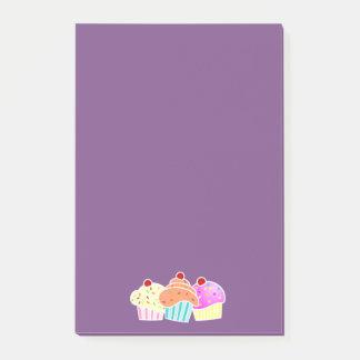 Nota pegajosa púrpura con 3 magdalenas