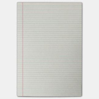 Notas de post-it alineadas del papel de la carpeta