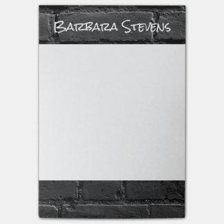 Notas de post-it blancos y negros del ladrillo 4x6