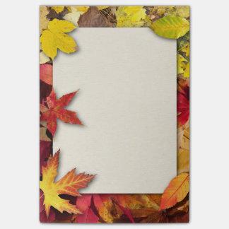 Notas de post-it de las hojas de otoño