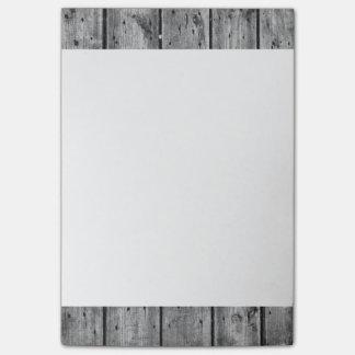 Notas de post-it de madera blancos y negros de