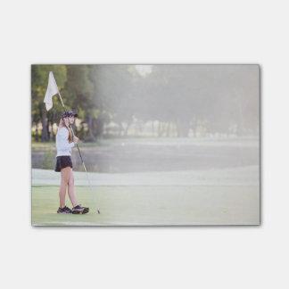 Notas Post-it® Golfista del chica en niebla soñadora de la mañana