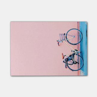 Notas Post-it® Ruedas de bicicleta rosadas azules de la cesta de