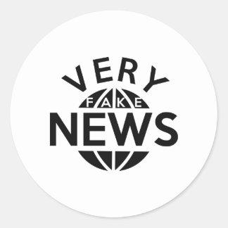 Noticias muy falsas pegatina redonda