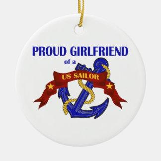 Novia orgullosa de un ornamento del marinero de ornamento de reyes magos