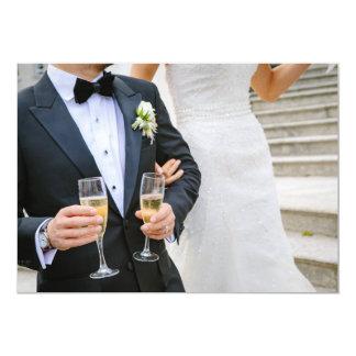 Novia y novio con la invitación del boda del