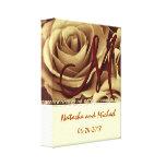 Novia y novio del monograma con los rosas del oro impresiones en lienzo estiradas