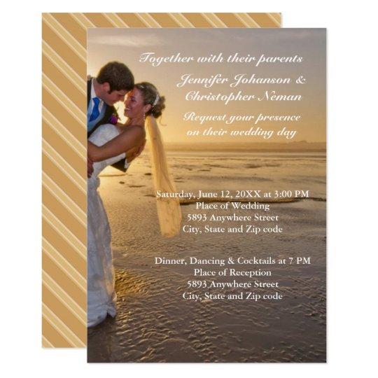 Novia y novio en la invitación del boda de playa