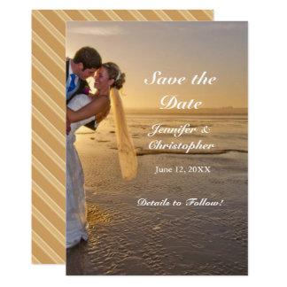 Novia y novio en reserva de la playa de la puesta invitación 12,7 x 17,8 cm