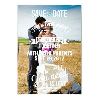 Novia y novio en un campo/una reserva la fecha invitación 12,7 x 17,8 cm