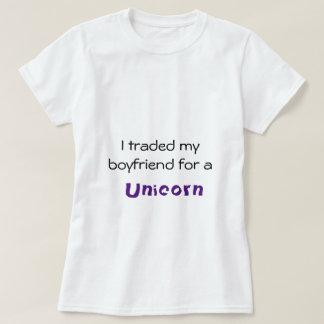 Novio negociado para una camiseta del unicornio