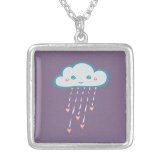 Nube de lluvia azul feliz que llueve corazones collar plateado