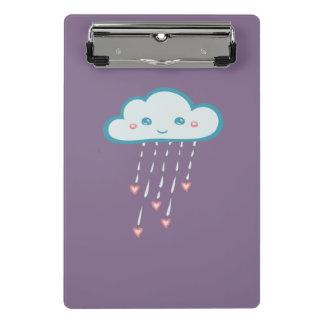 Nube de lluvia azul feliz que llueve corazones minicarpeta de pinza