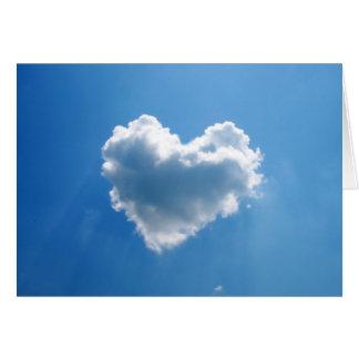 Nube en forma de corazón en el cielo tarjeta de felicitación