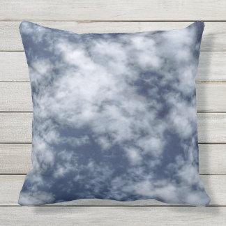 Nubes blancas contra el cielo azul en la almohada
