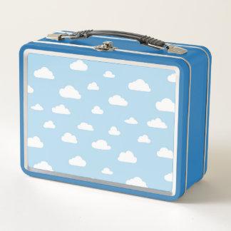 Nubes blancas del dibujo animado en el fondo azul