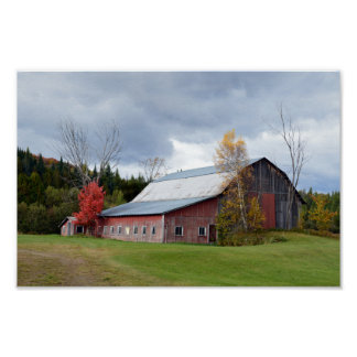 Nubes de tormenta sobre el granero de Vermont Póster