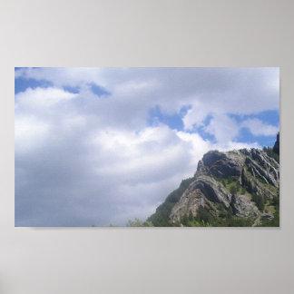 Nubes en la roca plegable póster