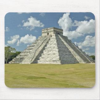 Nubes hinchadas blancas sobre la pirámide maya alfombrilla de ratón