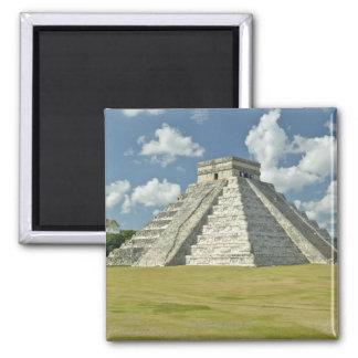 Nubes hinchadas blancas sobre la pirámide maya iman