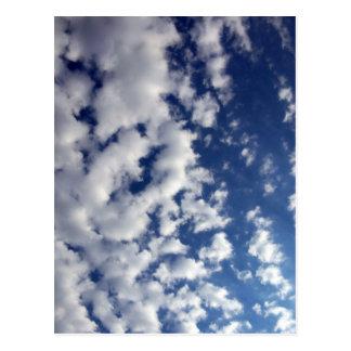 Nubes hinchadas en el cielo azul postal