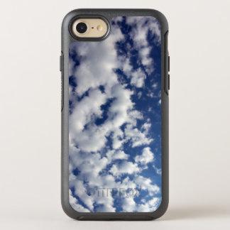 Nubes mullidas blancas en el cielo azul funda OtterBox symmetry para iPhone 8/7