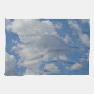 Nubes y toalla de cocina blancas/grises del cielo