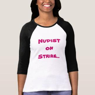 Nudista en huelga… camiseta